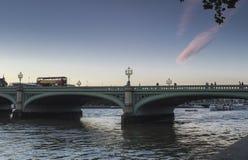 Autobús de Londres en el puente de Westminster Foto de archivo