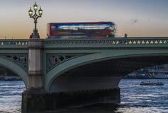 Autobús de Londres en el puente de Westminster Imagen de archivo