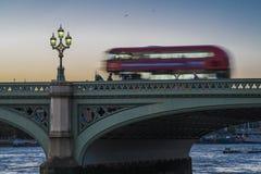 Autobús de Londres en el puente de Westminster Fotos de archivo libres de regalías