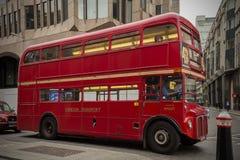 Autobús de Londres en la circulación imágenes de archivo libres de regalías