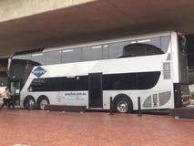 Autobús de visita turística de Sydney que coge a pasajeros imagen de archivo libre de regalías