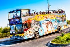 Autobús de visita turístico de excursión turístico de Sunny Beach con los turistas Imagenes de archivo