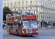 Autobús de visita turístico de excursión turístico en Riga Fotos de archivo