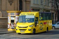 Autobús de visita turístico de excursión en la calle de Parizska cerca de la vieja plaza en Praga, República Checa foto de archivo