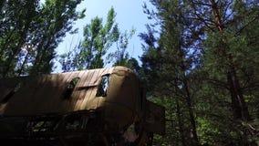 Autobús degradado arruinado en zona de exclusión de Ucrania Chernóbil de la ciudad de Pripyat almacen de video