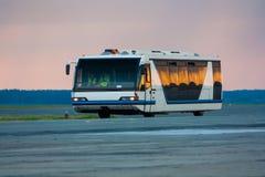 Autobús del aeropuerto por la mañana Imágenes de archivo libres de regalías