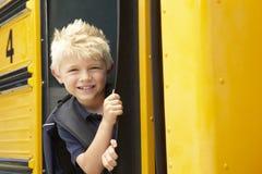 Autobús del embarque del alumno de la escuela primaria Imagen de archivo libre de regalías