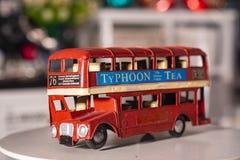 Autobús del juguete usado para la decoración casera imagen de archivo