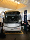 Autobús del obturador en el aeropuerto de Londres Fotos de archivo
