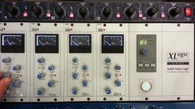 Autobús del SSL XLogic que domina el compresor con el ingeniero de sonido metrajes
