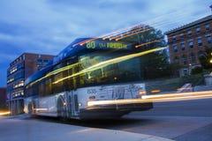 Autobús del tránsito en la noche imagenes de archivo
