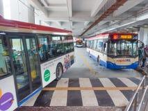 Autobús del transporte público de la estación de Pasar Seni LRT Fotos de archivo libres de regalías