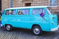 Autobús del vintage de Volkswagen adornado para una boda Fotos de archivo