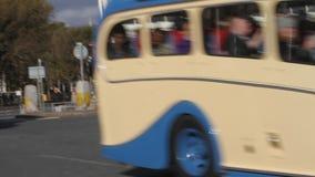 Autobús del vintage que conduce en Brighton almacen de metraje de vídeo
