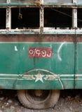 Autobús dilapidado del verde del vintage en Birmania - vista lateral con el neumático Fotografía de archivo