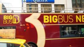 Autobús doble turístico de la cubierta en el Midtown de Manhattan almacen de metraje de vídeo