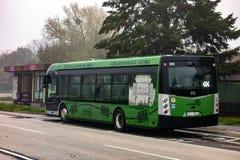 Autobús ecológico eléctrico del sor NS12 waiiting en una parada fotos de archivo libres de regalías