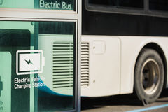 Autobús eléctrico en la calle imagenes de archivo