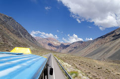 Autobús en el camino Imagen de archivo libre de regalías