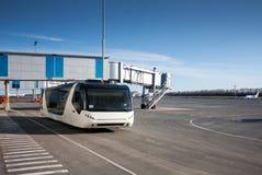 Autobús en el delantal del aeropuerto Imagen de archivo