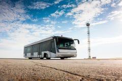 Autobús en el delantal del aeropuerto Imágenes de archivo libres de regalías