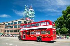 Autobús en el desfile floral magnífico de Portland fotos de archivo libres de regalías