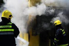 Autobús en el fuego en la calle Fotos de archivo