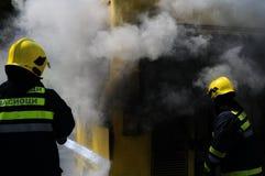 Autobús en el fuego en la calle en la mitad del día Imagenes de archivo