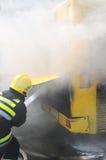 Autobús en el fuego en la calle en la mitad del día Imagen de archivo libre de regalías