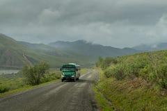 Autobús en la impulsión de la tundra en el parque de Denali foto de archivo