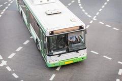 Autobús en la intersección de la ciudad Fotografía de archivo libre de regalías