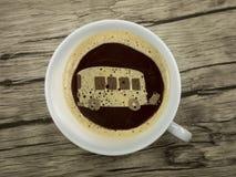 Autobús en taza de café Imagen de archivo