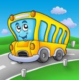 Autobús escolar amarillo en el camino Imagenes de archivo