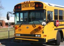 Autobús escolar amarillo estacionado y W Imagen de archivo libre de regalías