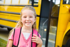 Autobús escolar: Colegiala linda en autobús Imagenes de archivo