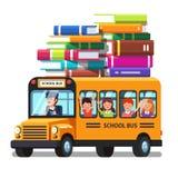 Autobús escolar con los niños y las porciones de equipaje de los libros Fotos de archivo libres de regalías