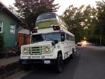 Autobús escolar del Microbus, Petaluma, California imagenes de archivo