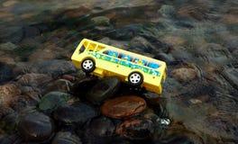 Autobús escolar en agua fotos de archivo