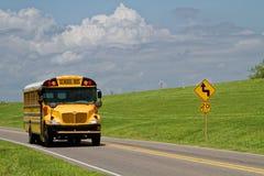 Autobús escolar en el camino Foto de archivo