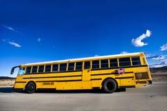 Autobús escolar en el camino foto de archivo libre de regalías