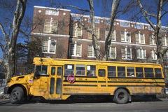 Autobús escolar en el frente de la escuela pública en Brooklyn foto de archivo libre de regalías