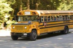 Autobús escolar en la carretera nacional Fotografía de archivo