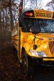 Autobús escolar en la cortina Imagenes de archivo