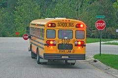 Autobús escolar en la muestra de la parada foto de archivo libre de regalías