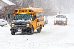 Autobús escolar en nevada Fotos de archivo libres de regalías