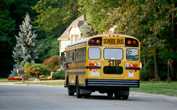 Autobús escolar en vecindad Fotos de archivo libres de regalías