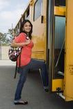 Autobús escolar femenino del embarque Imagen de archivo