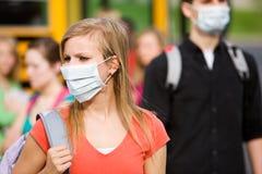 Autobús escolar: Máscaras del desgaste de los estudiantes para parar gripe Fotografía de archivo