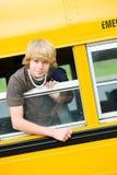 Autobús escolar: Muchacho que inclina hacia fuera la ventana del autobús Fotografía de archivo libre de regalías