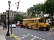 Autobús escolar que es remolcado Imágenes de archivo libres de regalías